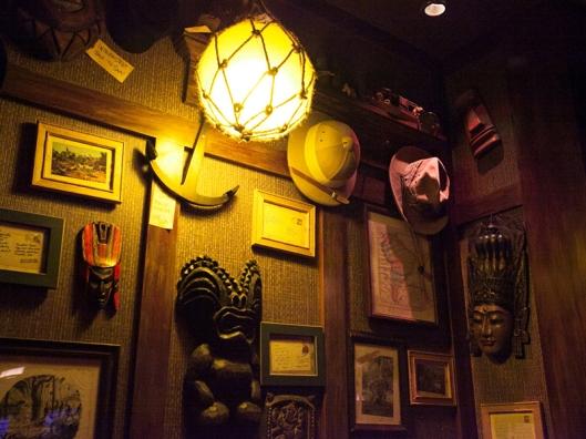 ambiente-decorado-mascaras-madeira-bali-paredes-arte-decorativa-rustico-2