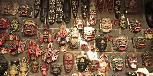 Expositor de máscaras decorativas em Bali (Indonésia).