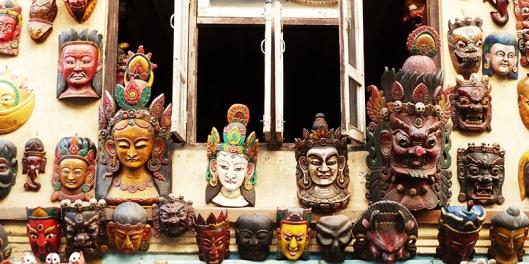 Coleção de máscaras decorativas em nadeira