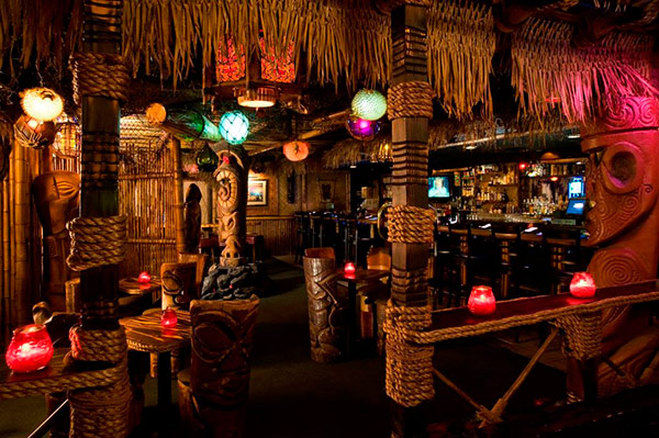 lounge-decorado-com-artes-tiki-havaianas
