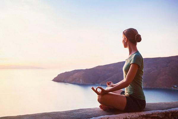 Mulher-meditando-horizonte-meditação
