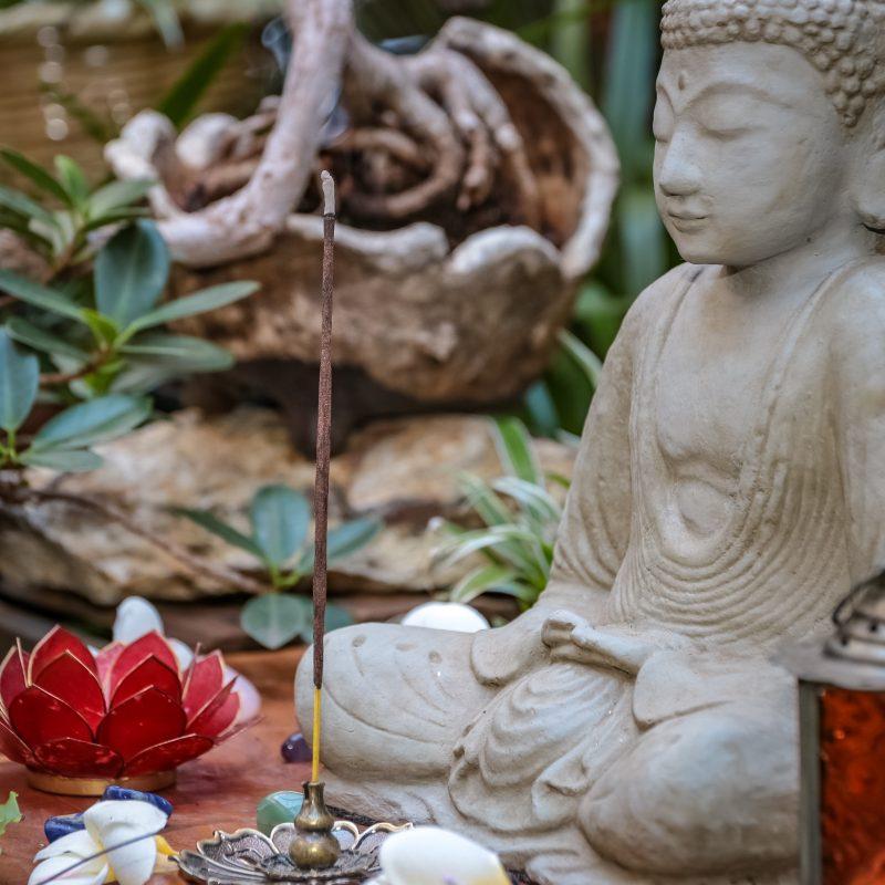 incenso-estatua-buddha-jardim-zen