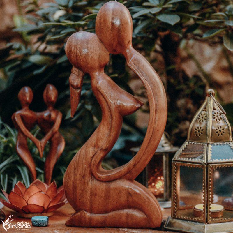 escultura-madeira-suar-casal-bali-apaixonado