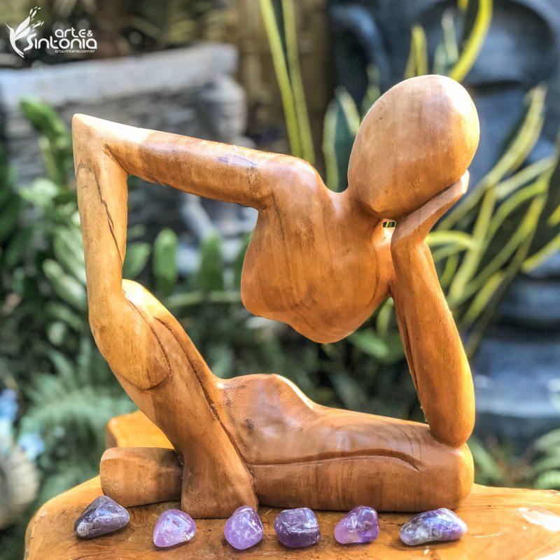 arte-abstrata-pensador-esculpida-em-madeira-suar
