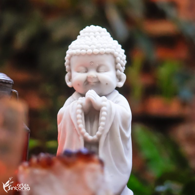 monge-zen-budista-marmorite-branco-imagem-buda
