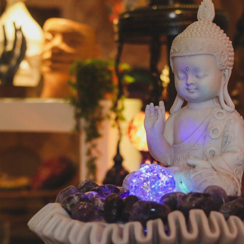 fonte-decorativa-iluminada-pedras-ametistas-bacia-buda-meditando