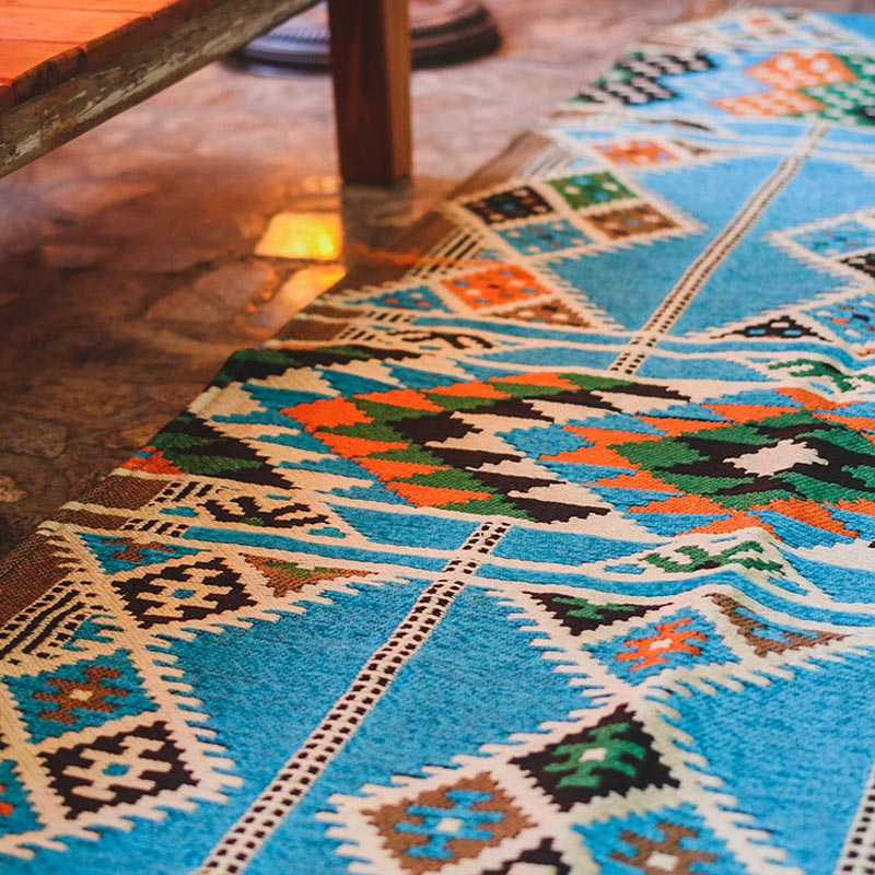tapete-decorativo-kilim-azul-estampa-etnica-geometrica