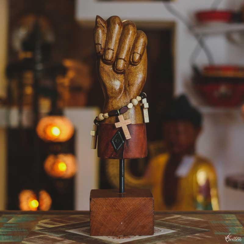 figa-figuinha-madeira-marrom-estilo-rustico-base-elevada-cruz-decoracao-sacra