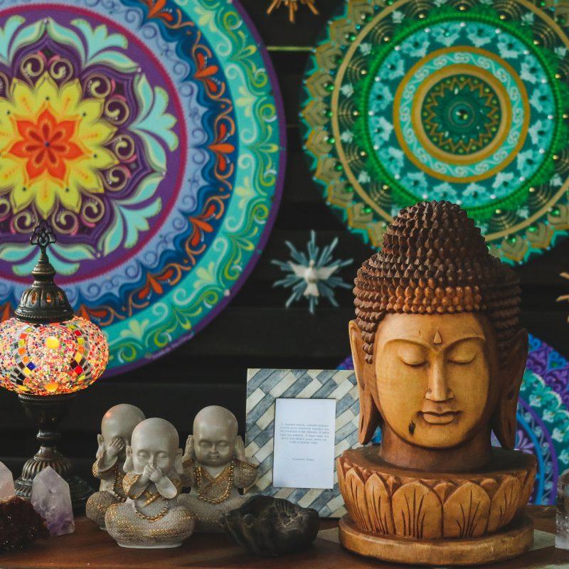 mandalas-coloridas-esculturas-budas-cabeca-buda-decoracao-interiores-zen